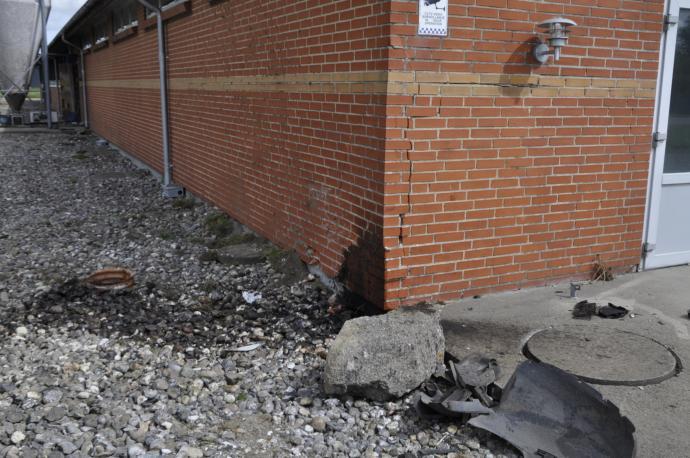 Tydelige revner i muren, oliespor og, hvis man ser godt efter, muren har fået et ordentligt tryk i siden.
