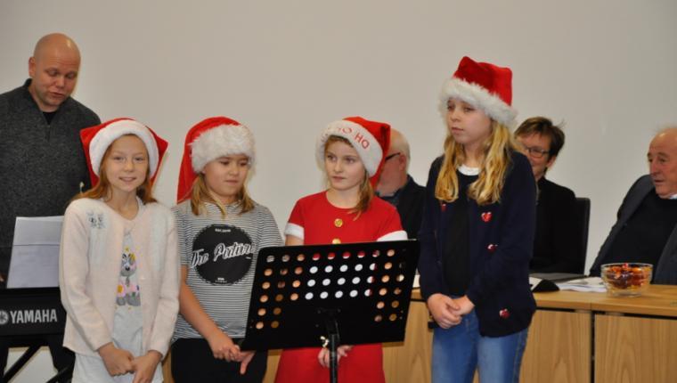 Fire nissepiger sang for byrådet