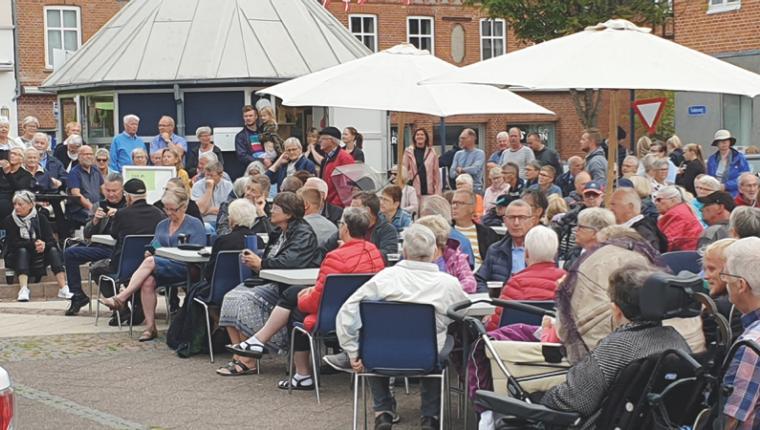 Lune Carlsen trak folk af huse til koncert i Aars
