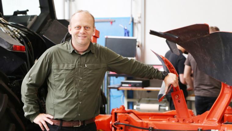 Ny mand bag skrivebordet på Erhvervsskolerne i Aars