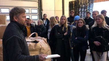Gymnasieelever besøgte genbrugsplastvirksomhed