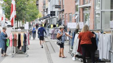 Butikkerne i Aars hejser flag mandag