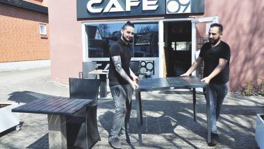 Efter fem måneders nedlukning glæder folk sig til at komme på cafe i Aars