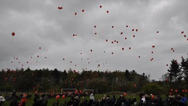 Himlen blev rød af balloner i Aars